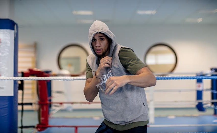 Le boxeur franco-marocain Ahmed El Mousaoui participe à un combat de reprise
