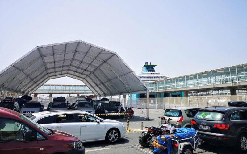 Le cordon sanitaire mis en place par les autorités marocaines a créé une situation chaotique au niveau de tous les postes-frontières du pays. A Melilla, près de 200 ressortissants marocains, à bord d'une soixantaine de véhicules, ont été interdits d'accès au territoire national.