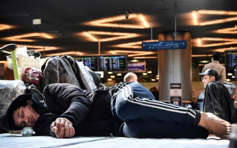 Le jeune Chahid Zakaria s'est retrouvé coincé à l'aéroport Vnukovo, au sud-ouest de la capitale russe, Moscou, interdit d'accès en raison de la fermeture des frontières russes. Mais il lui est également impossible de retourner au Maroc à cause de l'état d'urgence instauré par le gouvernement marocain.